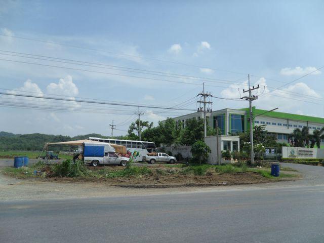 ขายที่ดิน 23 ไร่ ติดนิคมอุตสาหกรรมเบทาโก 2   จ.ลพบุรี ติดถนนสาย4 ป่าสักชลสิทธิ์  ปัจจุบันเป็นตลาดขายสินค้า