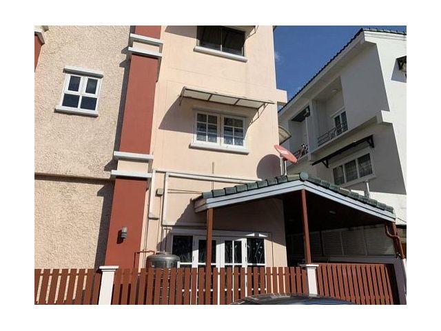 BSM6 ให้เช่าทาวน์เฮาส์ 3 ชั้น  อยู่ในโครงการหมู่บ้านเกตุนุติ เชอร์มีเน่ ซ.ลาดพร้าว 87 เลียบทางด่วนรามอินทรา-เอกมัย บ้านส
